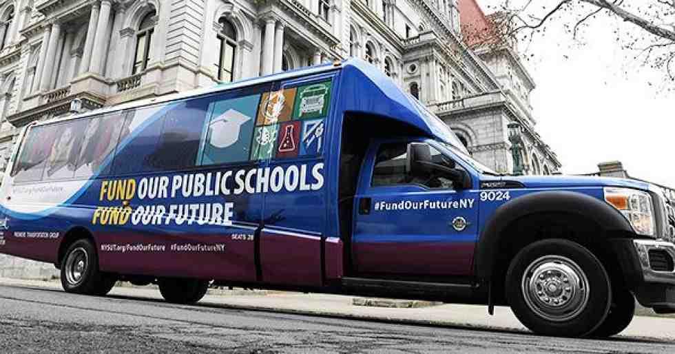 En un autobús, maestros denuncian escasez de fondos para la educación en Nueva York