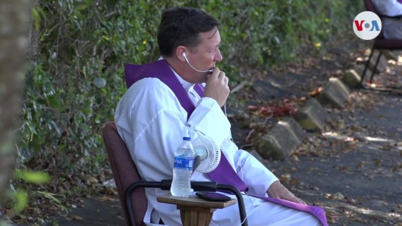 "Confesiones ""drive-thru"": la moda de la Iglesia en época de coronavirus"