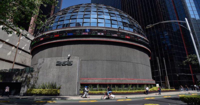 La Bolsa abre y se ve obligada a parar por una caída de 7.12%. El dólar alcanza los 23.37 en banca