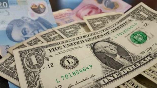 Sigue el peso en picada; cierra en $24.42 por dólar
