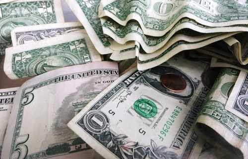 Peso se deprecia; cotiza a 23.48 por dólar tras rebaja en calificación