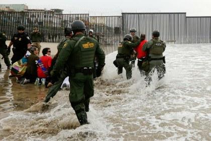 """Trump ha expulsado a 10 mil migrantes hacia México en """"deportaciones sumarias"""" por crisis pandémica"""