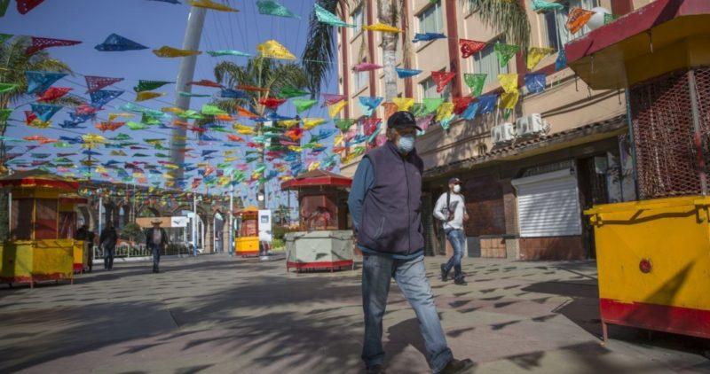 Vecindad con EU, epicentro mundial de la pandemia, potencia la multiplicación de Covid-19 en México, afirman expertos