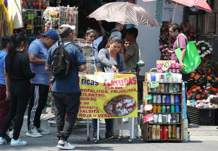 Ayuda de seis mil pesos a cinco mil vendedores ambulantes de la Ciudad de México