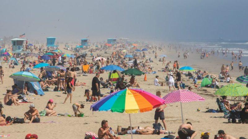 El gobernador Newsom critica a los que el pasado fin de semana fueron a playas. Siguen aumentando casos y muertes por COVID-19 en California