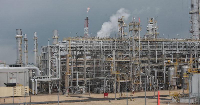 Hay acuerdo petrolero histórico para estabilizar precios. México parece haberse anotado victoria diplomática: Bloomberg