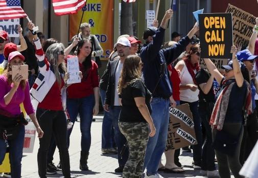 Afectados y fallecidos por COVID-19 siguen creciendo en California, pero hay manifestantes que demandan la eliminación de las restricciones