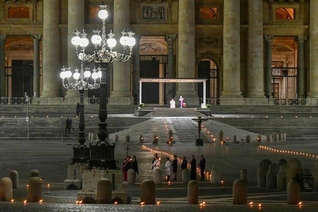 Con la basílica de San Pedro vacía, Papa ora por los pobres