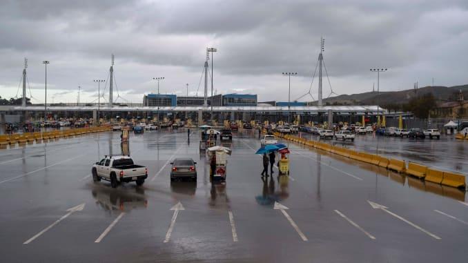 Presidentes de México y EU acuerdan el mantenimiento de restricciones en pasos fronterizos