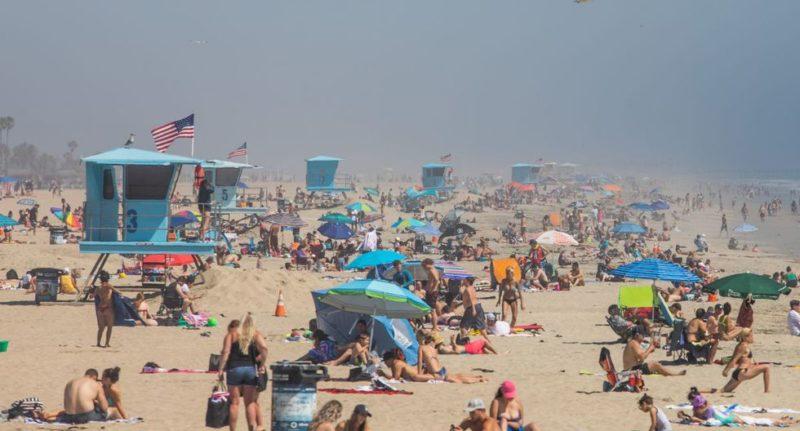 Empiezan a descender las muertes por COVID-19 en California.Advierten sobre riesgos por altas temperaturas