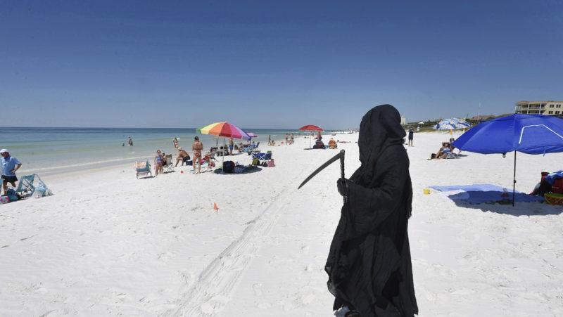 En una playa de EE.UU. aparece la 'muerte' e insta a mantener el distanciamiento social