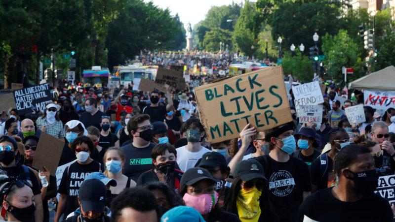 """Videos: Al grito de 'las vidas negras valen', y """"sin justicia no habrá paz"""", cientos de miles se manifiestan en EU"""