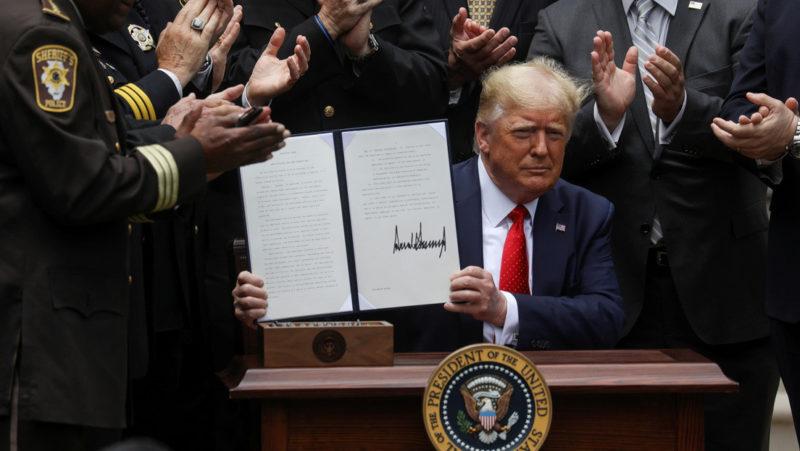 Trump firma una orden ejecutiva que veta a los policías el uso de llaves de estrangulamiento excepto en casos de amenaza a su vida