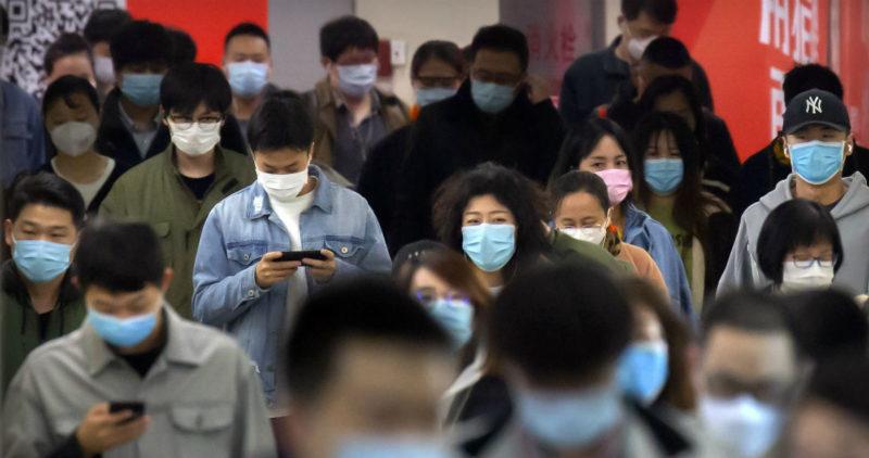 Brote de SARS-Cov-2 enciende alarma en mercado de China; hallan virus en tabla para cortar salmón