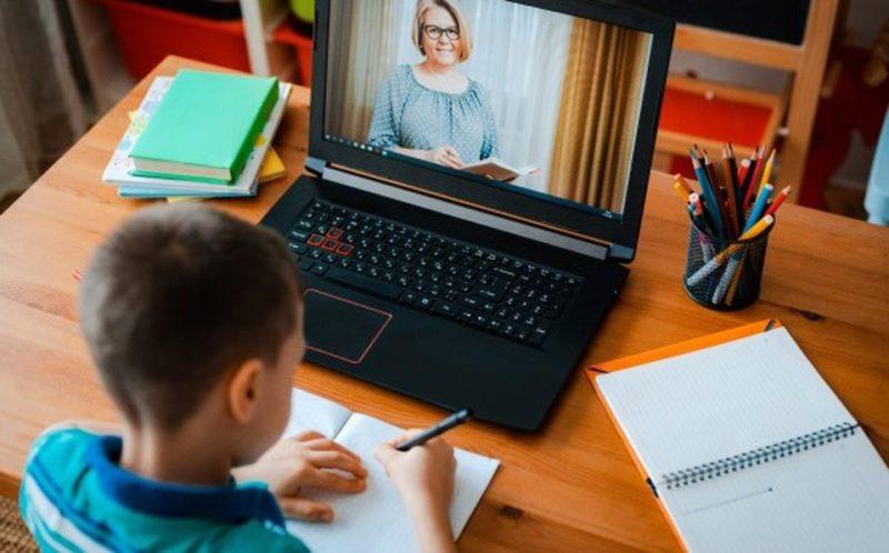 El 100% de los 605 mil alumnos del distrito escolar angelino ya tienen tableta o computadora y están conectados a internet, anuncia el Superintendente Austin Beutner