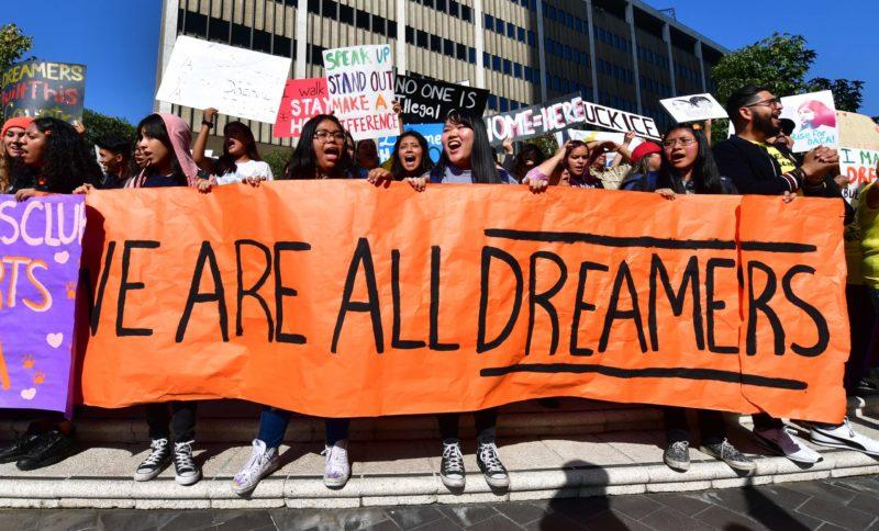 Con los sondeos en contra, Trump promete terminar en 6 meses el programa Dreamers