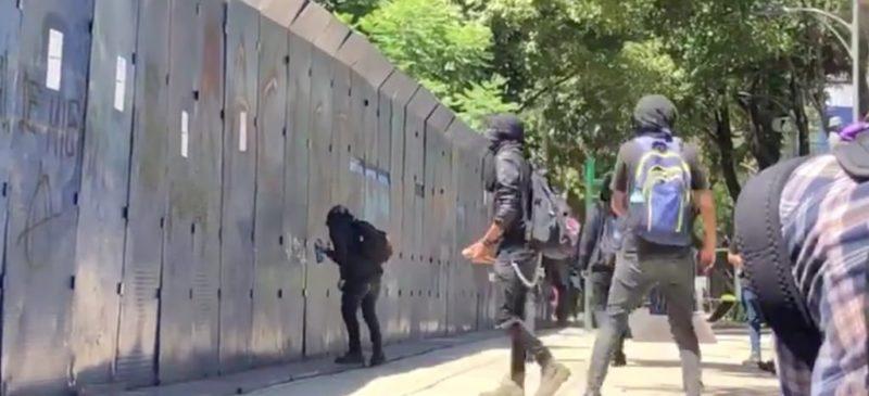 Videos: Encapuchados vandalizan embajada de EU y comercios; la policía sólo mira, acusan testigos