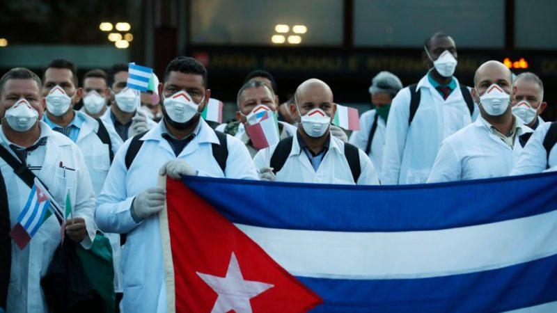 Chomsky y otros intelectuales hacen campaña para que sea otorgado el Nobel de la Paz a médicos cubanos