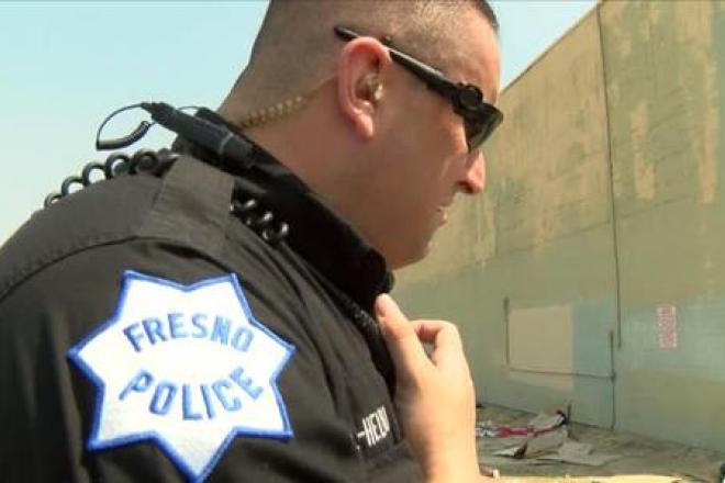 Menor de edad latino fue esposado por policías mientras sufría convulsiones, acusan sus parientes