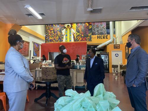 El gobernador Newsom se reúne en Los Ángeles con líderes comunitarios y jóvenes y visita negocios dañados por violentos y saqueadores