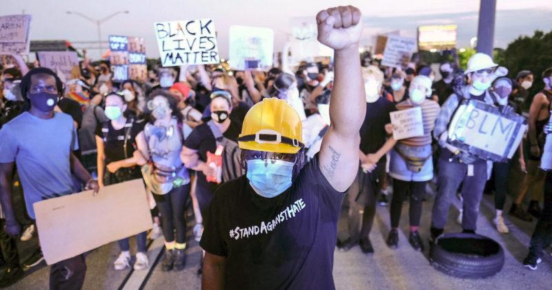 La muerte de 2 afroamericanos mueve a miles en calles de EU para protestar contra el racismo