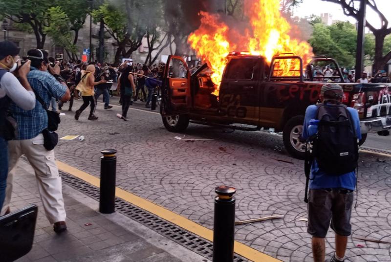 Policías matan a dos personas, en Jalisco y Tijuana. Ambos casos fueron videofilmados. En Guadalajara manifestantes queman vehículos y edificios