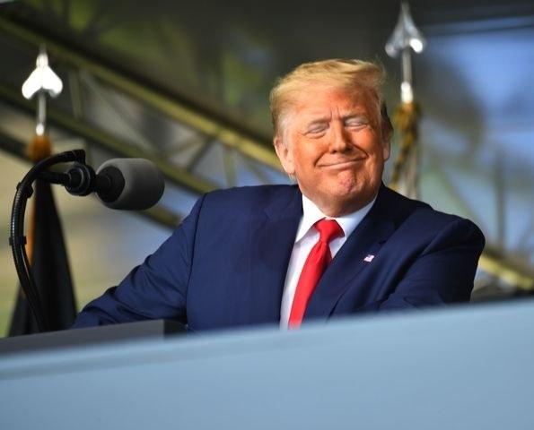 Trump se esconde tras el muro fronterizo para reponerse políticamente de una semana desastrosa y elogia a AMLO