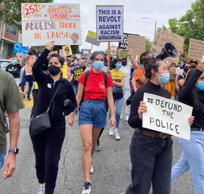 La policía escolar no es necesaria y por eso debe ser abolida, exige una amplia coalición de padres, alumnos, maestros y la comunidad a la Junta Educativa de LAUSD