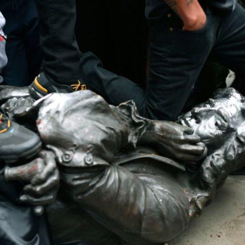 Manifestantes derriban en Washington una estatua de 120 años de general confederado