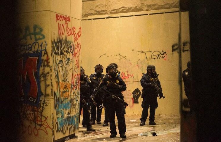 """Trump retira fuerzas paramilitares de Portland, pero las enviará a otras ciudades para enfrentar """"la ola de violencia"""""""