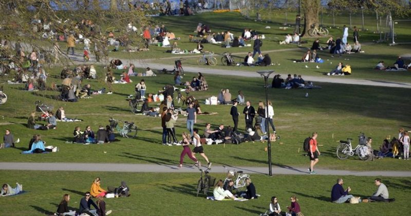 Médicos suecos piden al mundo imponer medidas estrictas a la gente y no fracasar como ellos