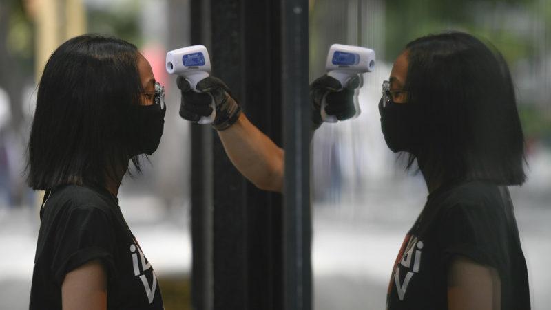 """Videos: La OMS advierte que la pandemia de covid-19 es """"una ola grande"""" que va a subir y bajar"""