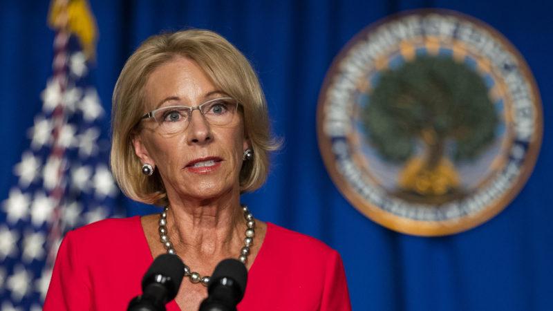 Demandan a la titular de Educación, Betsy DeVos, porque quiere transferir a planteles privados parte de los 13 mil 500 millones de dólares otorgados por el Congreso a escuelas públicas para paliar la crisis del COVID-19
