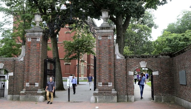 Universidad de Harvard y el MIT demandan al gobierno de  Trump para que no deporte estudiantes extranjeros que hacen cursos en línea por la pandemia