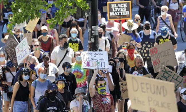 El Paro por las vidas negras importan, en decenas de urbes de EU. Trump amenaza con desplegar fuerzas federales