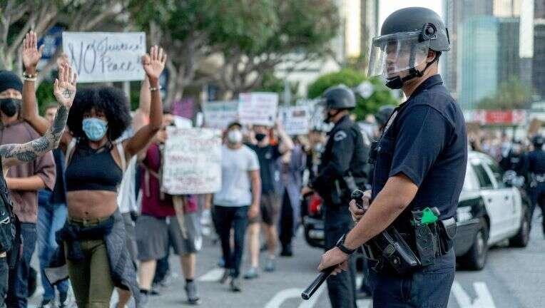 Reducen 150 millones de dólares del presupuesto de la policía angelina. Parte de ese dinero, a comunidades negras, latinas y desprotegidas