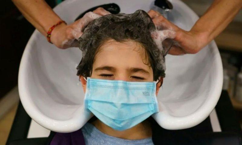 Peluquerías y barberías en California podrán operar en la calle