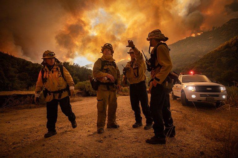 En California, más de 240.000 evacuados y 1.3 millones de acres (526 mil hectáreas) han ardido en un mes