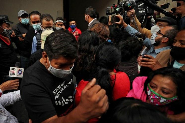 Familiares de los 43 normalistas piden a AMLO acelerar detenciones