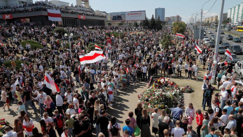 Videos: Miles de personas se reúnen en Minsk para honrar a un manifestante fallecido, en la séptima jornada de protestas en Bielorrusia