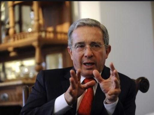 Ordenan detención del ex presidente de Colombia Álvaro Uribe, acusado de fraude y soborno