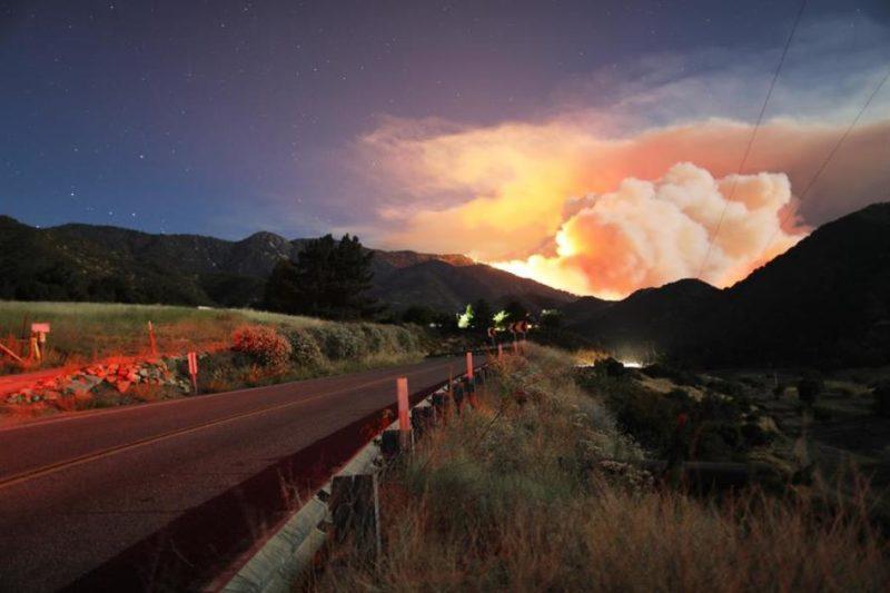 Incendios y coronavirus: miles de evacuados en California ante el avance del fuego en Riverside