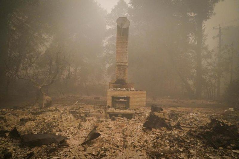 En California: 650 incendios han dejado siete personas muertas y 1.25 millones de acres destruidos