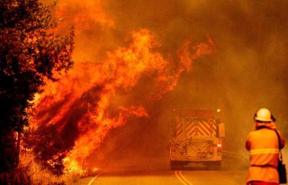 El gobernador Newsom declara emergencia estatal debido a incendios y condiciones climáticas extremas