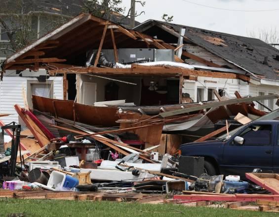 Tras el paso del huracán Laura en Luisiana, se incendia una planta química y el gobernador pide a la población encerrarse