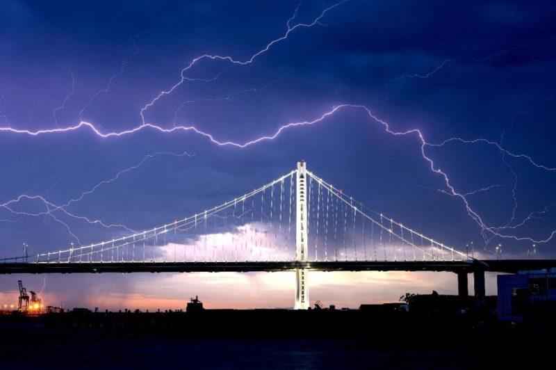 Así se vieron las postales de luz que dejó la sorpresiva tormenta eléctrica en el Área de la Bahía