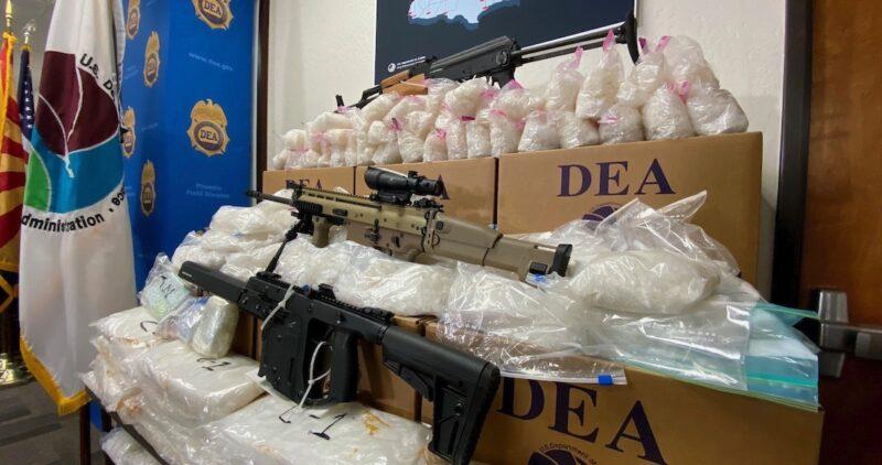 La DEA golpea a cárteles de Sinaloa y Jalisco: detuvo a 1840 miembros de la red criminal y decomisó 28 mil 560 libras (12 mil 955 kilos) demetanfetaminas