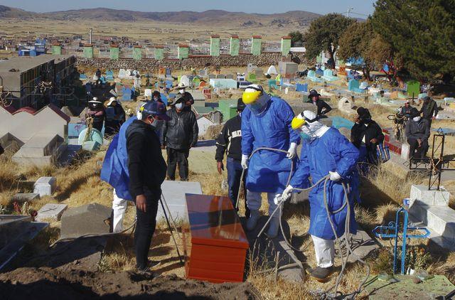 Colapso de cementerios orilla a bolivianos a tumbas clandestinas