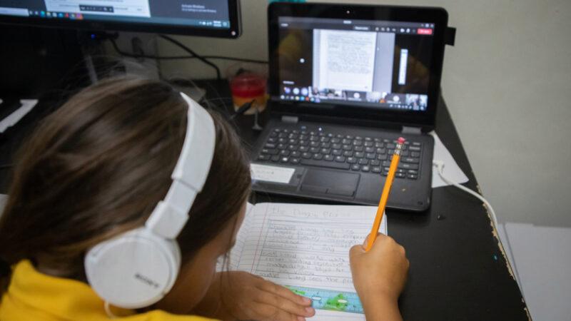 Demandan al distrito escolar alegando deficiente educación a distancia a niños con dificultades de aprendizaje y a aprendices de inglés