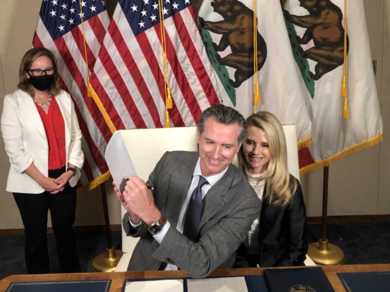 Newsom firma un proyecto de ley que extiende la licencia familiar con protección laboral a casi 6 millones de californianos